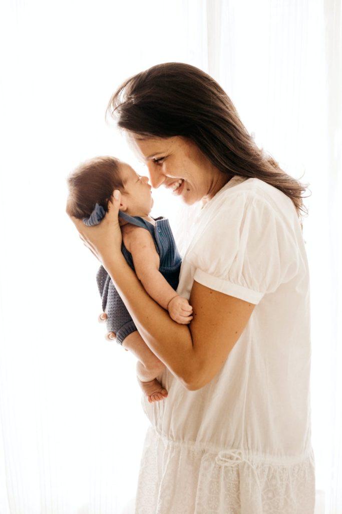 Mutter sieht Baby an