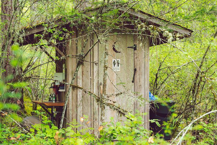Toilettenhäuschen in der Natur