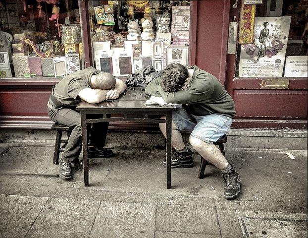 am Tisch schlafende Arbeiter