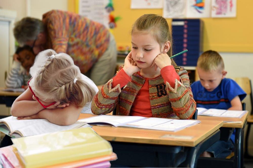 Kind schläft während des Unterrichts