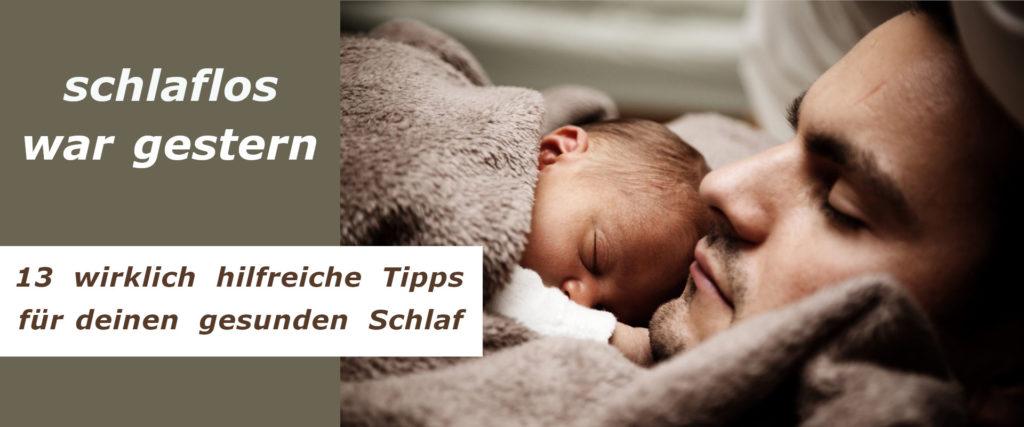 Mann schläft mit Baby im Arm