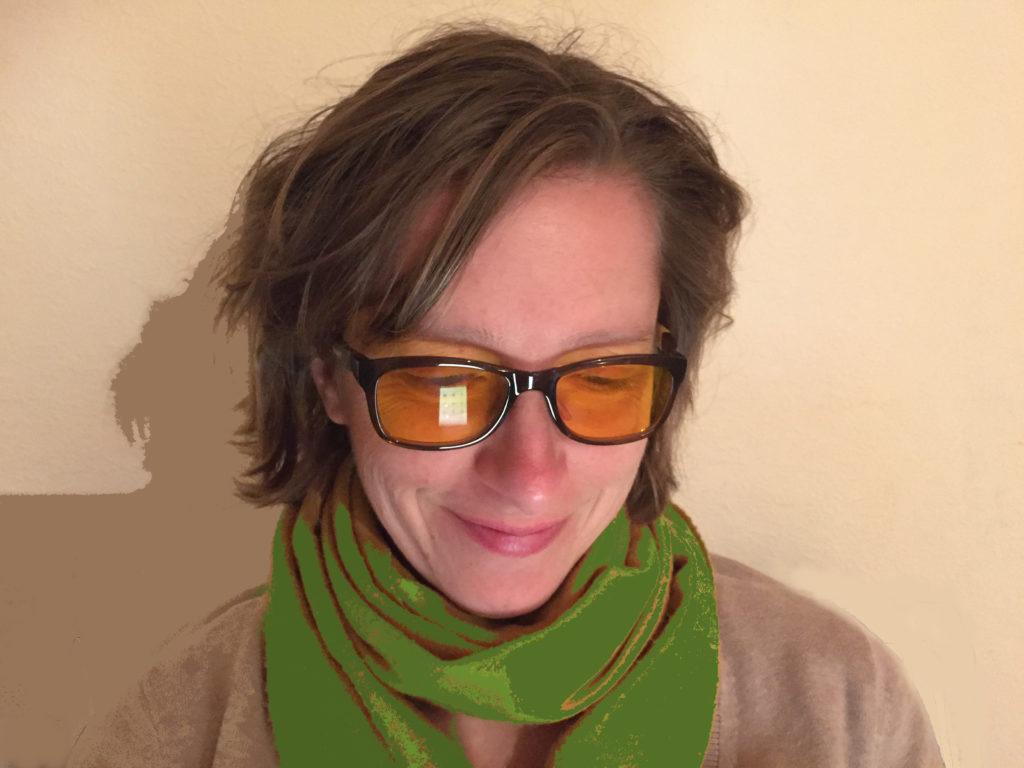 Frau trägt Blaufilterbrille
