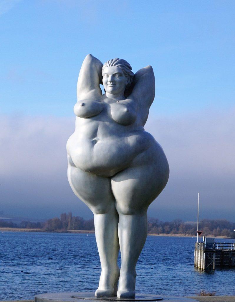 Skulptur einer nackten Frau mit birnenförmigen Rumpf