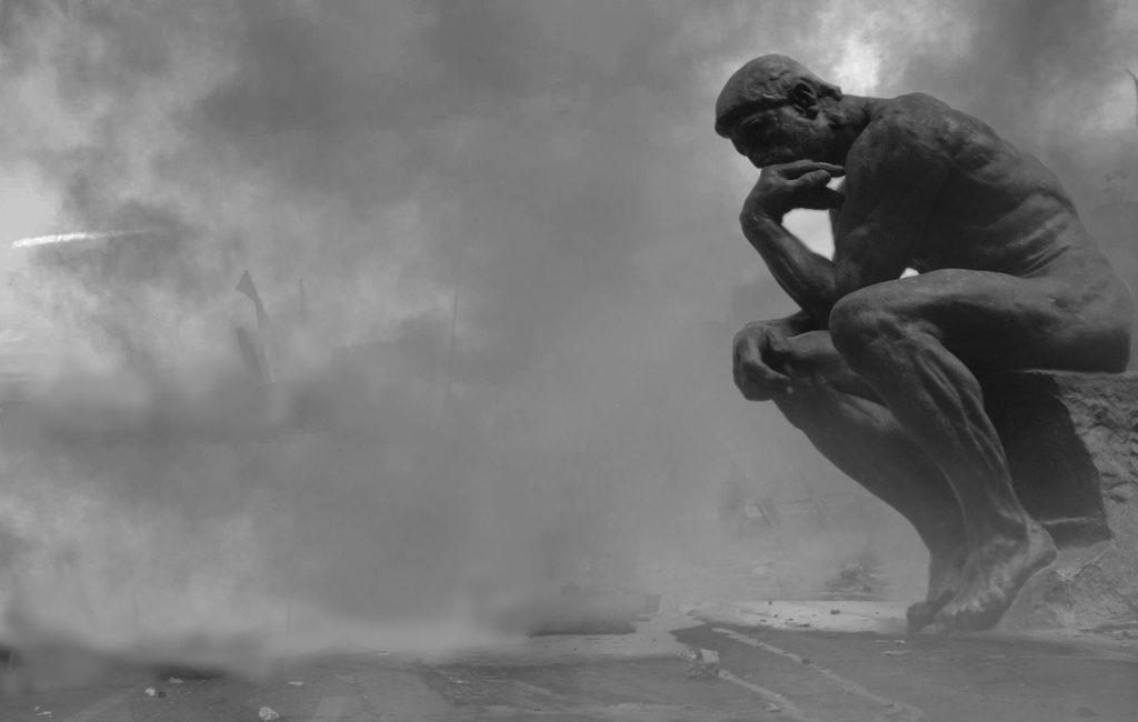Sitzende Statue in Gaswolke